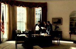 Reagan in Oval Office