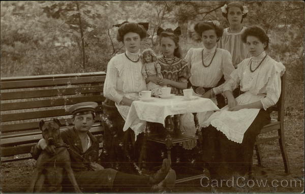 Outdoor photo of sisters and cousins in 1910 Thorn Germany