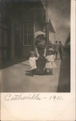 1911 Mother and Children at Depot