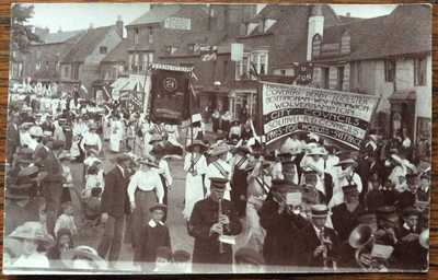 ANTIQUE RPPC SUFFRAGETTES MARCH STRATFORD-UPON-AVON WARKS BANNERS AND MENS BAND