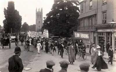 CIRCA 1913 RP POSTCARD: LAW ABIDING SUFFRAGETTES MARCH IN OXFORD, OXFORDSHIRE