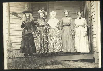 EARLY REAL PHOTO POST CARD, 5 PEOPLE DRESSED UP FOR HALLOWEEN, WITCH ++